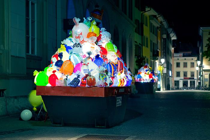 luzinterruptus-illuminated plastic garbage